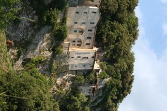 Das Kloster des hl. Franziskus bei Greccio thront auf einem Felsen