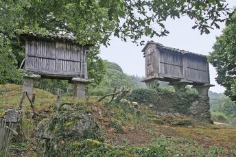 Typische Kornspeicher in Galicien