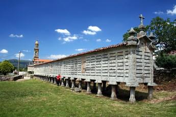 """Dabei bleibt der Weg immer typisch Galicisch: Da dürfen die """"Hórreos"""" (Kornspeicher) nicht fehlen."""