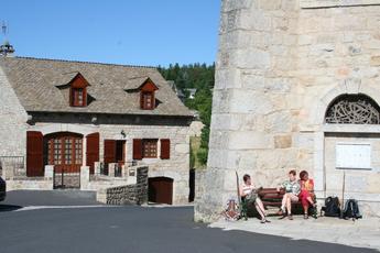 Rast an der Kirche von Aumont Aubrac