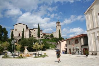Malerisch: Der Dorfplatz von Greccio