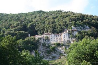 Das Kloster von Greccio thront auf einem Felsen