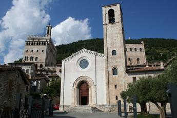 """In Gubbio heißt es """"Kopf in den Nacken"""", denn sonst kann man das Ende der Türme nicht sehen!"""