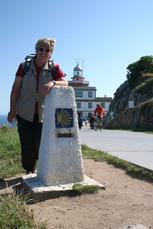 Jakobsweg-Markierungsstein vor dem Leuchttum am Kap Finisterre