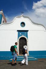 Vorbei an einer kleinen Kirche