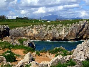 Blick in eine der typischen von Klippen gesäumten Buchten