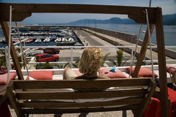 Enspannung am Hafenbecken von Cala Gonone