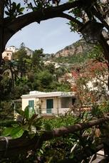 Blick von Positano in das grüne und bergige Hinterland