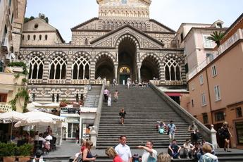 Siena, Pisa? Selbst in Amalfi-Dorf ist die italienische (Marmor-)Gotik zu bestaunen