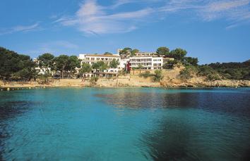 Das Hotel Cala Fornells vom Wasser aus