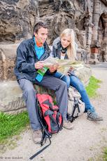 Wanderer vor der Porta Nigra in Trier